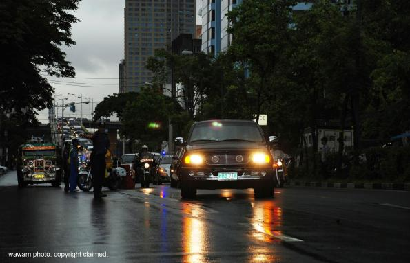 the hearse carrying cory aquino's remains arrive at la salle greenhills